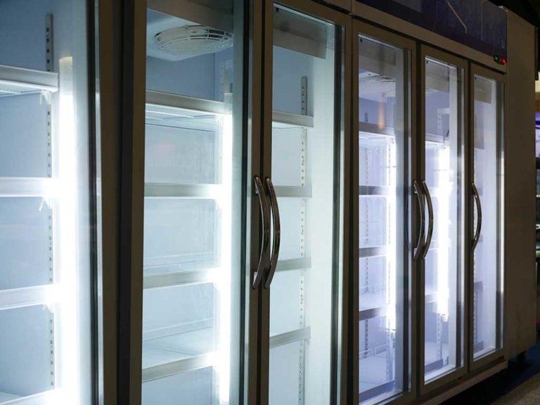 ¿Qué considerar antes de comprar un refrigerador para negocio?